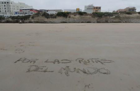 playa las grutas escrito por las rutas del mundo en la arena