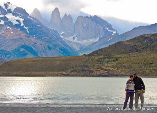 A orillas de la Laguna Amarga con las Torres del Paine detras.