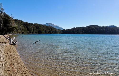 Orillas de la laguna Patagua. No es arena de playa, son cenizas y arena vólcanicas.