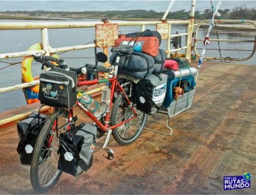 Por las Rutas del Mundo en Bici por Uruguay laguna garzon arriba de la balsa viajar en bicicleta con perros