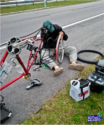 Por las Rutas del Mundo en Bicicleta Se rompio la llanta