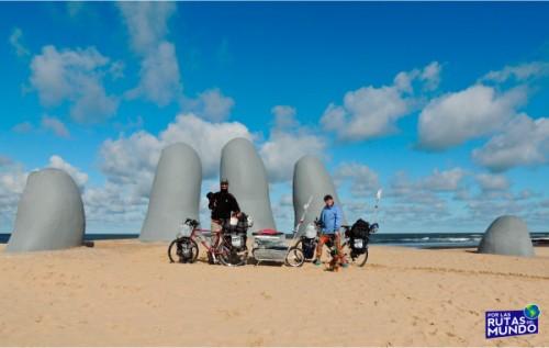 Por las Rutas del Mundo en Bicicleta dedos de la mano en Punta del Este