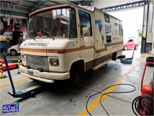motorhome-vehiculo-cambiando-neumaticos
