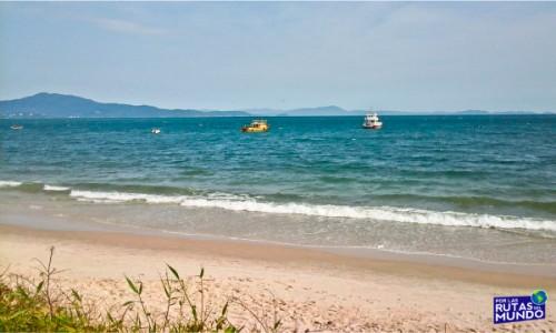 playa de canasvieiras despejado - trabajar en temporada en brasil