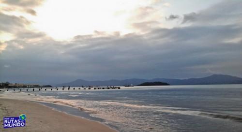 playa de canasvieiras y muelle super nublado - trabajar en temporada en brasil