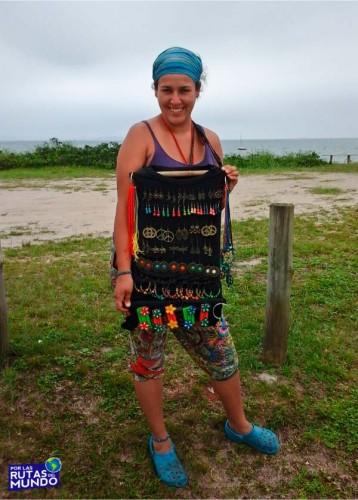 trabajar en temporada en brasil - Vir trabajando en la playa con artesanías