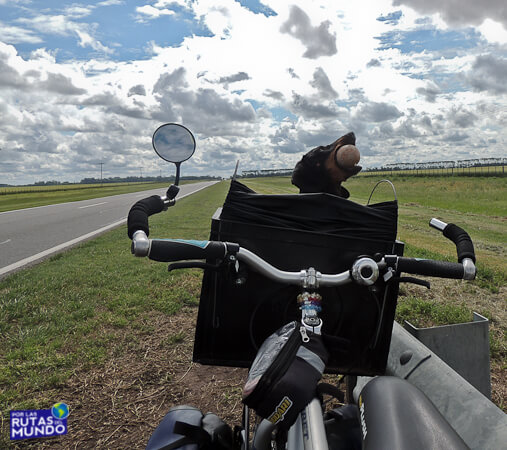 por-las-rutas-del-mundo-en-bici-pioja-jugando-con-la-pelota-en-la-bicicleta
