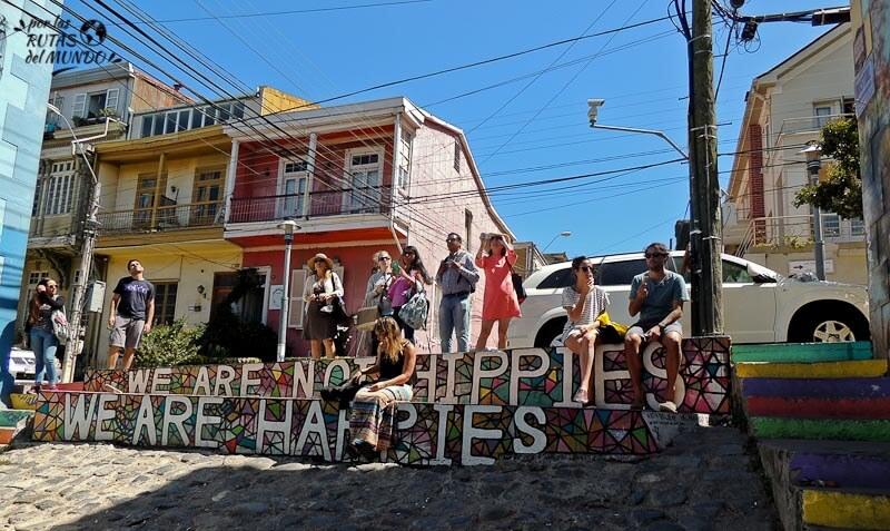 por-las-rutas-del-mundo-graffitti-en-valparaiso-no-somos-hippies-somos-felices