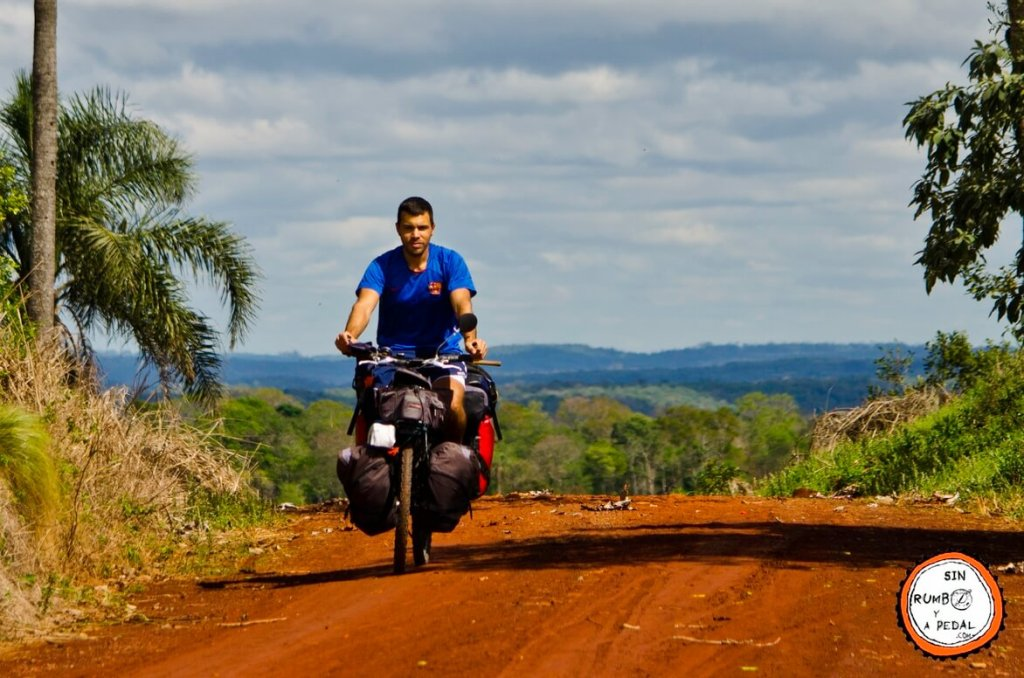 sin-rumbo-y-a-pedal-en-camino-de-tierra