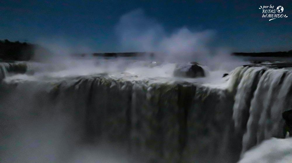 paso nocturno cataratas del iguazu luna llena - por las rutas del mundo